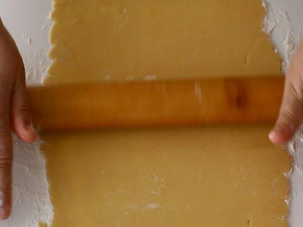 placinta simpla cu mere aluatul intins in foaie