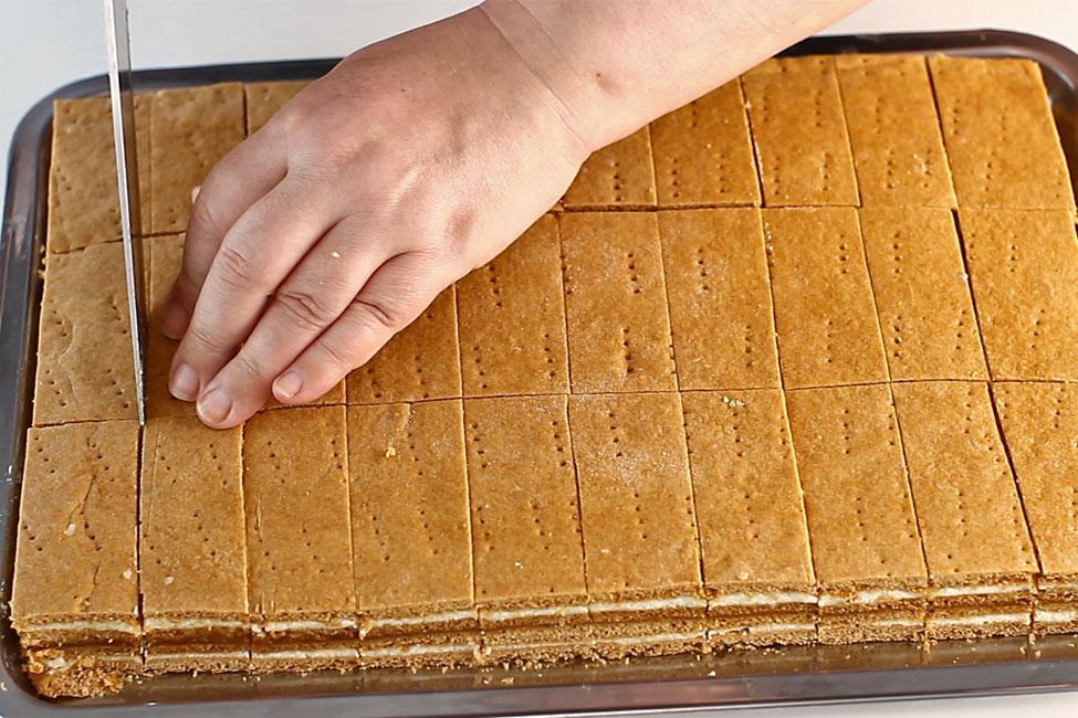 portionare-prajitura-cu-foi-cu-miere-albinita-cum-se-portioneaza-prajitura-cu-foi-cu-miere-de-albine