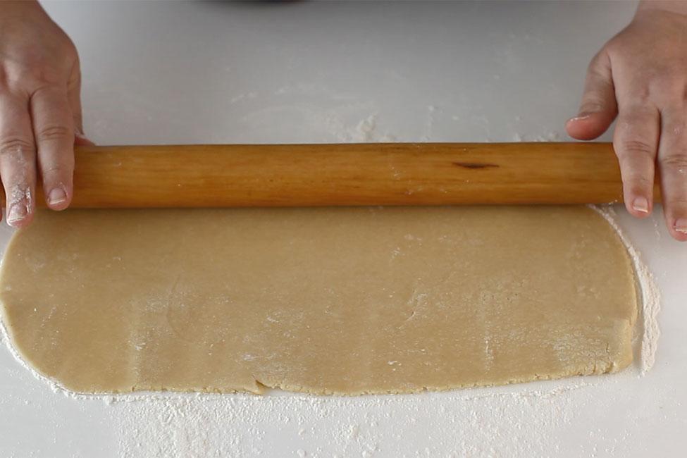 prajitura-cu-foi-cu-miere-de-albine-albinita-dulcineea-cum-se-intind-foile-cu-sucitorul-retetecalamamaro