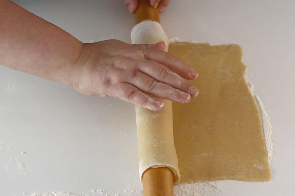 prajitura-cu-foi-cu-miere-de-albine-albinita-dulcineea-cum-se-transfera-foile-in-tava1