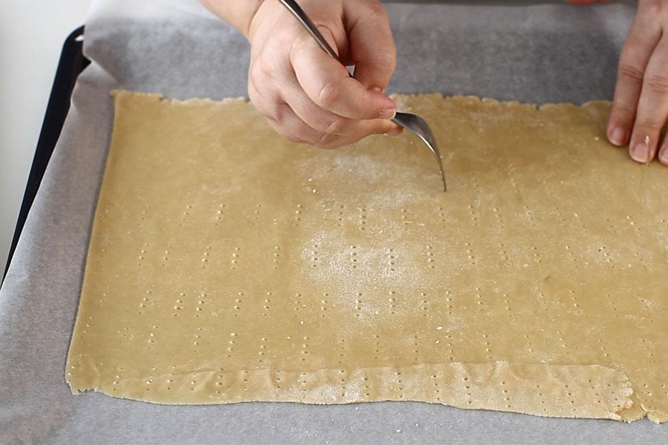 prajitura-cu-foi-cu-miere-de-albine-albinita-dulcineeaperforare-foi-inainte-de-coacerel-retetecalamamaro