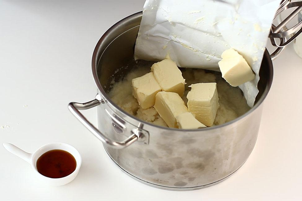 preparare-crema-de-lapte-cu-gris-si-unt-pentru-prajitura-cu-foi-cu-miere-de-albine-albinita-prajitura-dulcineea-cu-miere