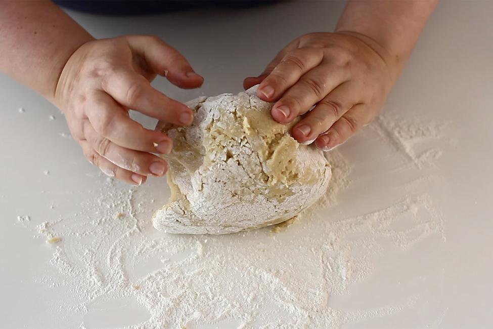preparare-foi-cu-miere-de-albine-pentru-prajitura-cu-foi-cu-miere-albinita-pasul-4