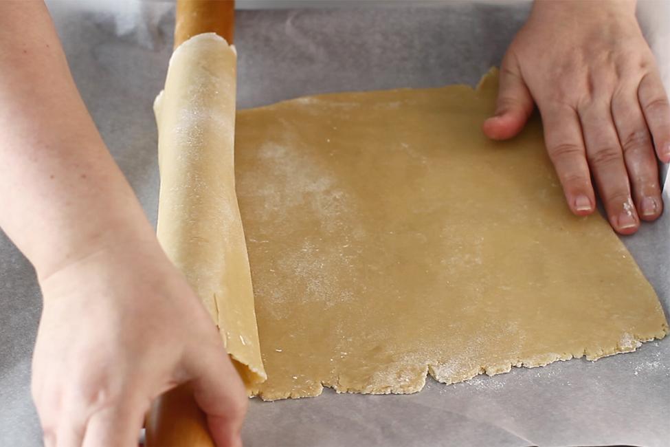 reteta-prajitura-cu-foi-cu-miere-de-albine-albinita-dulcineea-cum-se-transfera-foile-in-tava-pasul-2