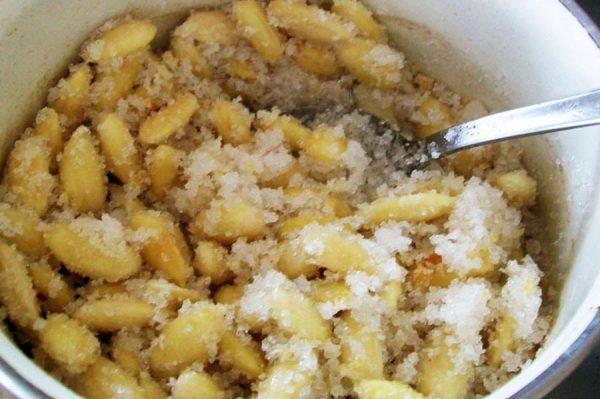 prajitura-amanda-caramelizarea-migdalelor-pentru-crema-cu-griliaj-de-migdale