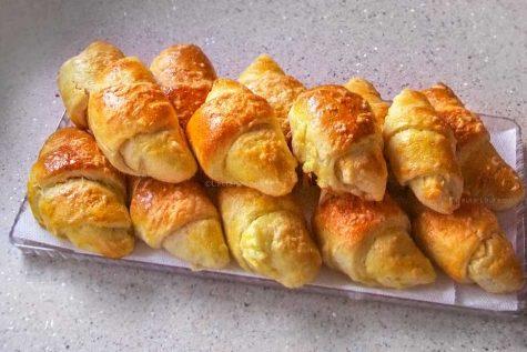 Cornuri cu brânză din aluat cu iaurt, dospit la rece