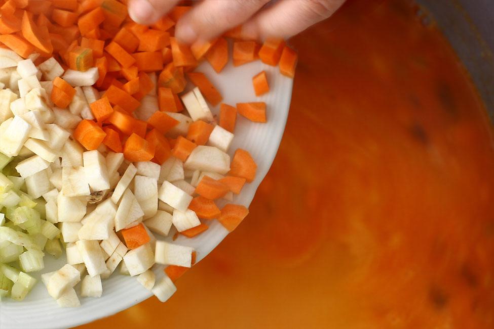 ciorba-de-fasole-verde-ca-in-ardeal-adaugare-morcovi-telina-si-ardei