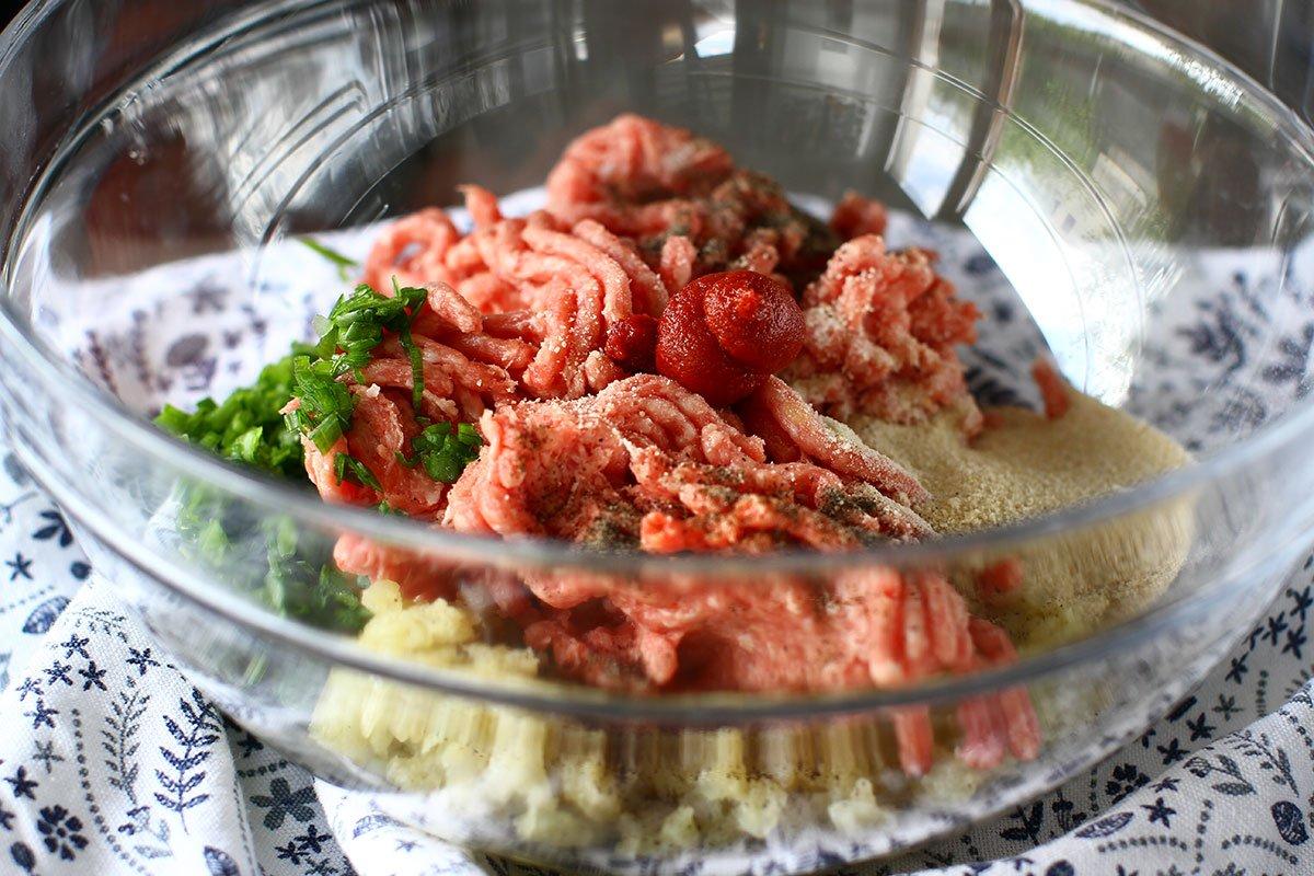 umplutura din carnea ingredientele in castron