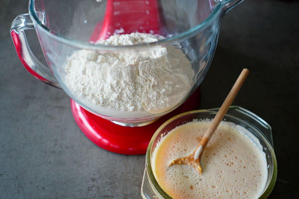 faina si ingredientele lichide gata de framantare