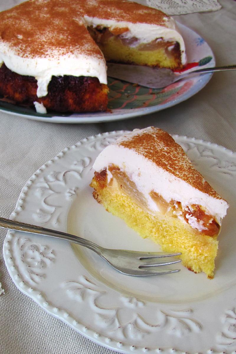 prajitura rasturnata cu mere caramelizate cu topping de crema de branza