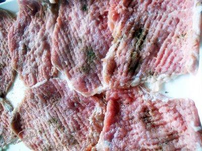 felii de carne batute cu ciocanul si condimentate