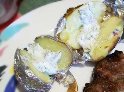 Cartofi copti in staniol, cu sos de iaurt