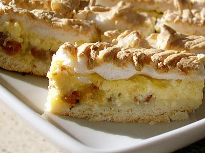 Prăjitură cu brânză dulce, stafide și bezea