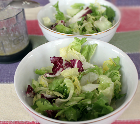 Salata cu piept de pui, verdeturi si radacinoase, reteta pas cu pas, asamblarea salatei