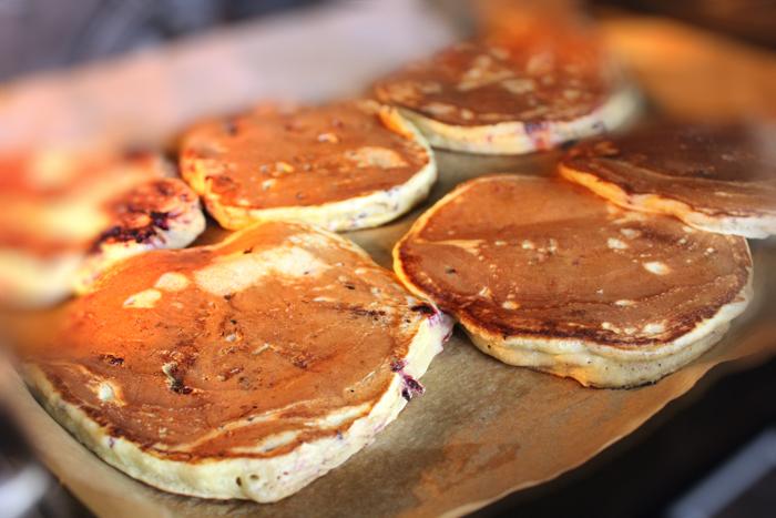 Preparare Pancakes - clatite americane cu mure 6