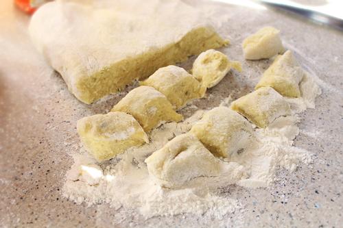 portionarea aluatului cu cartofi pentru pute cu mac, nudli cu mac, putisoare, reteta pas cu pas