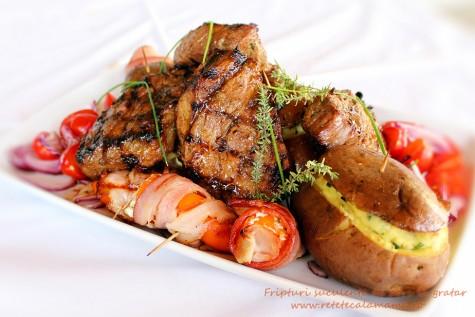 Retete la gratar: fripturi de porc, cartofi si ardei umpluti