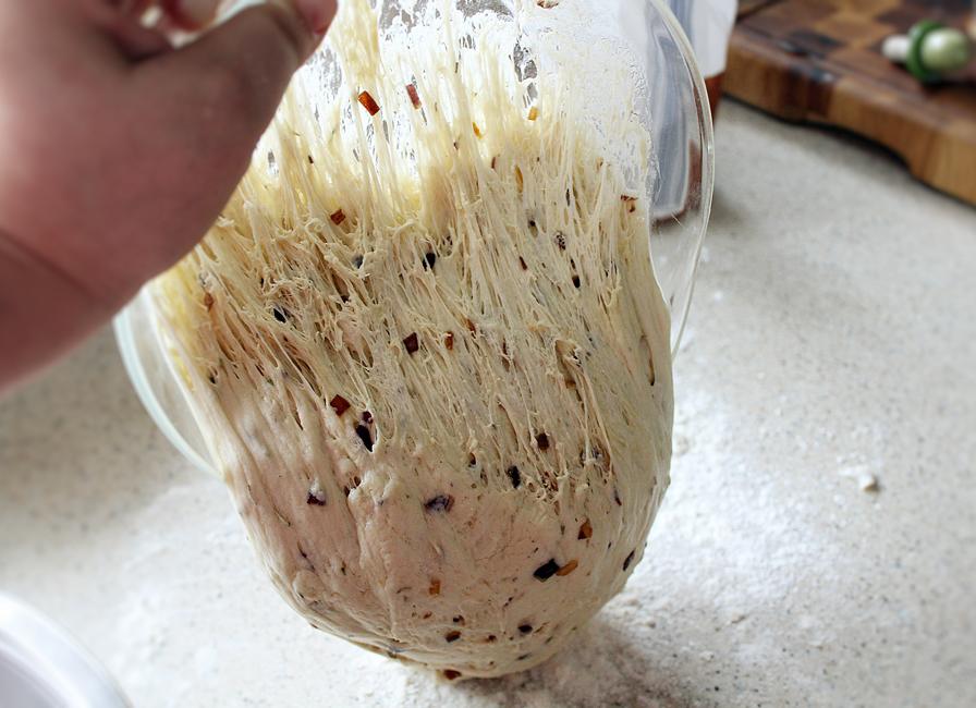 preparare paine cu ceapa si masline 5