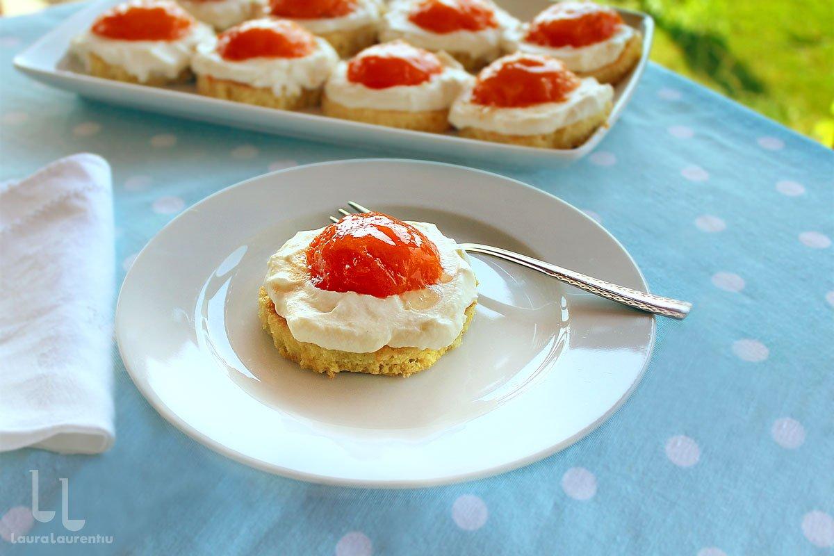Prăjitura ochi de ou cu caise sau piersici și mascarpone