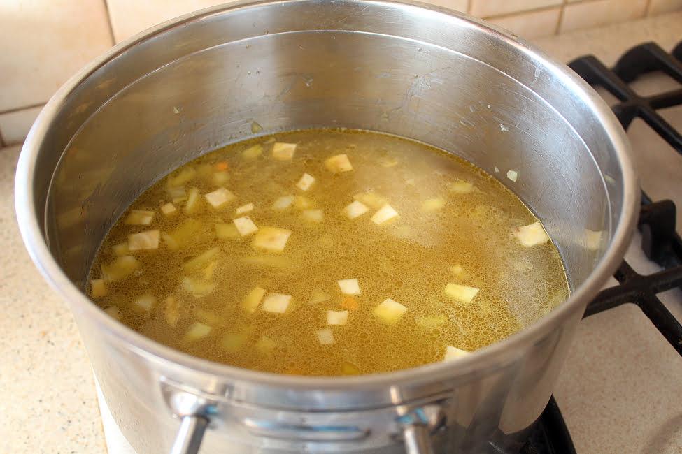 adaugarea supei peste baza de legume