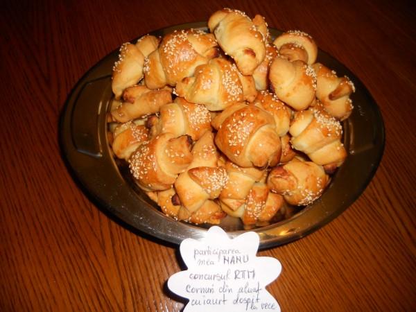 Cornuri din aluat cu iaurt, dospit la rece by Nanu