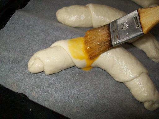 cornuri de brutar unse cu galbenus