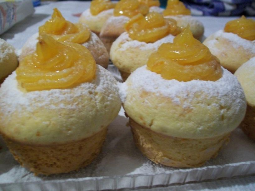 muffins cu portocale pe platou