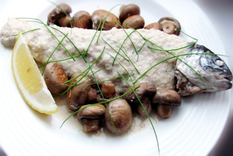 Pastrav cu ciuperci in sos de vin alb