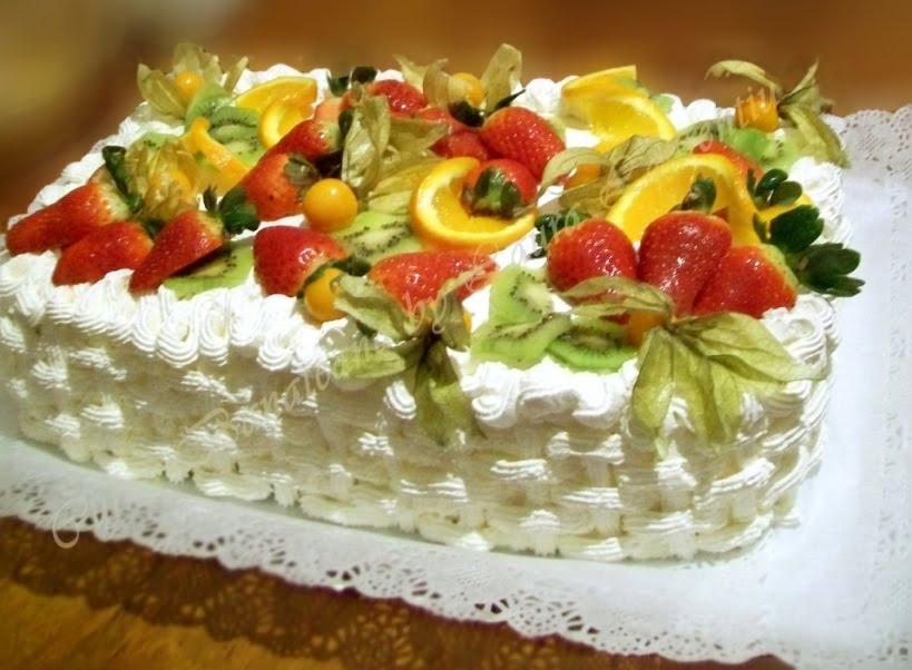 tort cu fructe si frisca decoratiune cosulet impletit