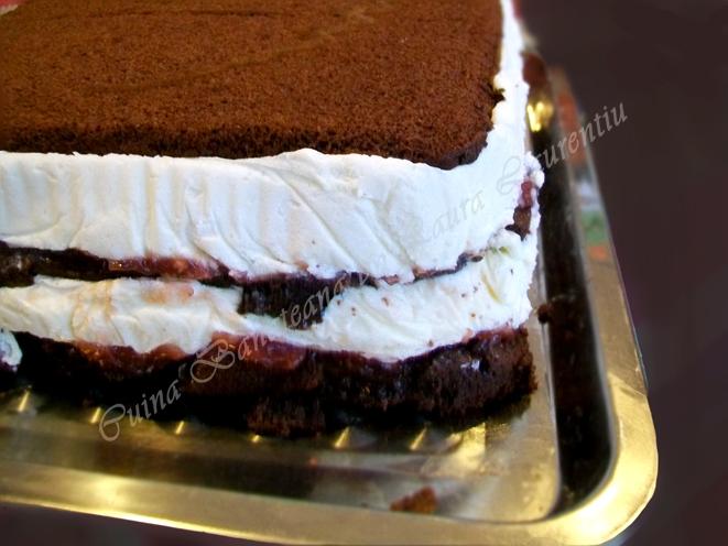 tort cu mousse de ciocolata alba si visine 12