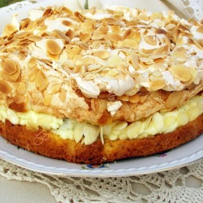 Tort cu bezea si struguri albi