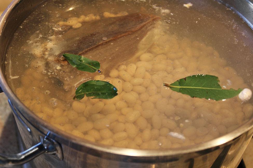 preparare ciorba de fasole cu afumatura ca in ardeal fasolea si carnea afumata in oala