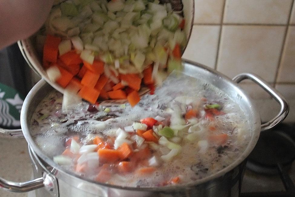 preparare reteta ciorba de fasole cu afumatura adaugarea legumelor