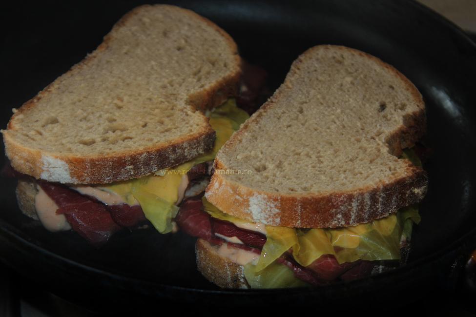 preparare sandwich reuben 2-