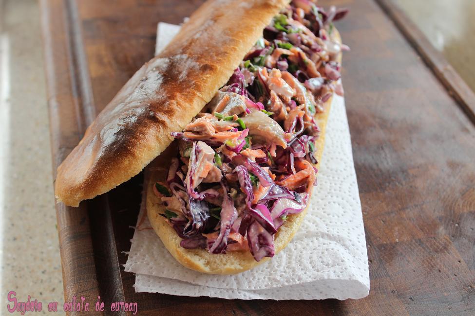 Salata de curcan intr-un sandwich delicios