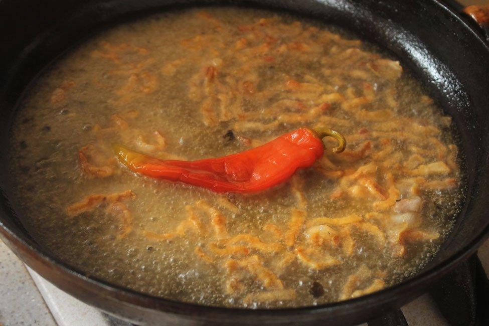 adaugare ardei iute in sos