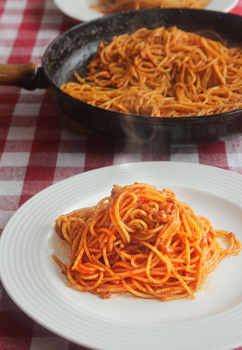 spaghetti all amatriciana reteta originala italiana cu guanciale si pecorino