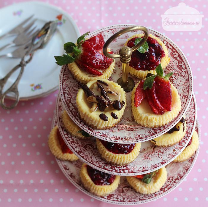 mini cheesecake asortate pe platou 1