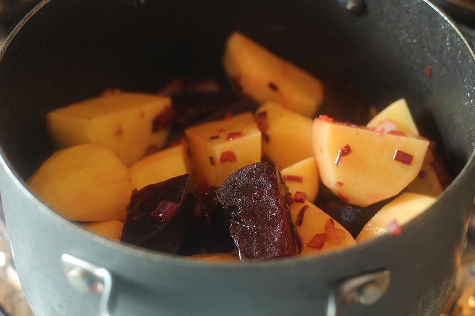 preparare supa crema de cartofi si sfecla rosie 2