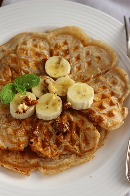 waffe vegane cu banane si nuci prim-plan