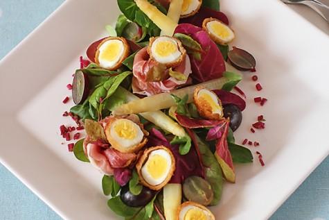 Salata cu oua de prepelita si sparanghel alb