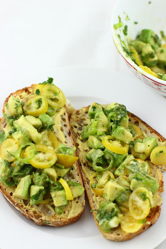 crostini cu mustar si avocado