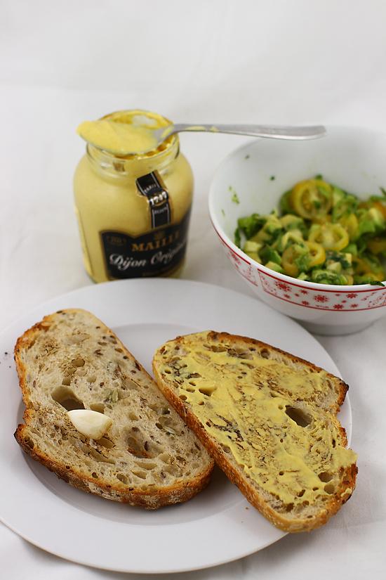 preparare bruschete cu mustar si avocado