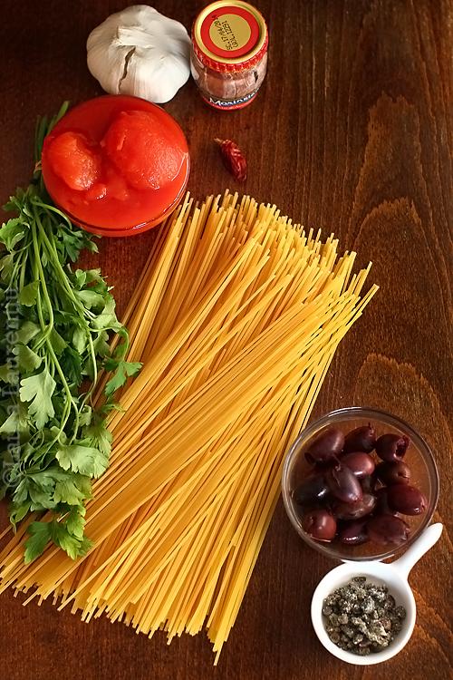 ingrediente spaghetti alla puttanesca, reteta de paste cu rosii si usturoi