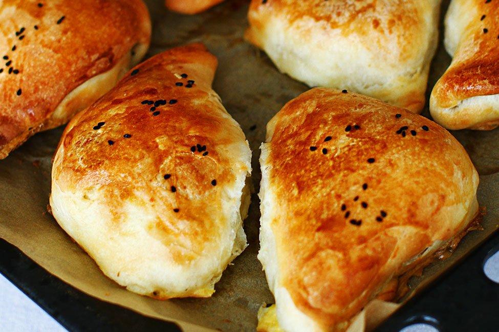 Trigoane cu brânză sărată - plăcinte cu brânză în formă de triunghi