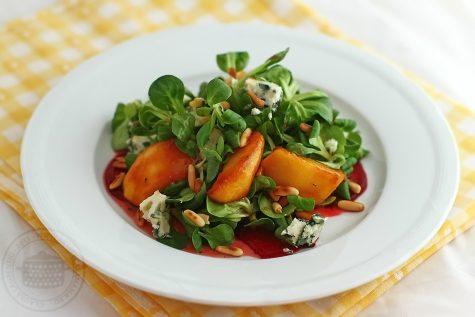 Salata cu mere caramelizate, brânză roquefort și sfeclă