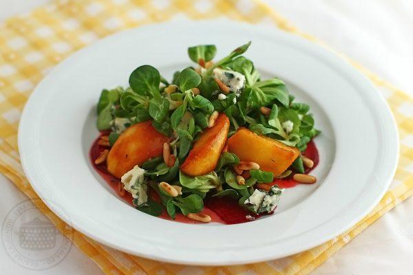 salata cu mere caramelizate branza roquefort si sfecla rosie