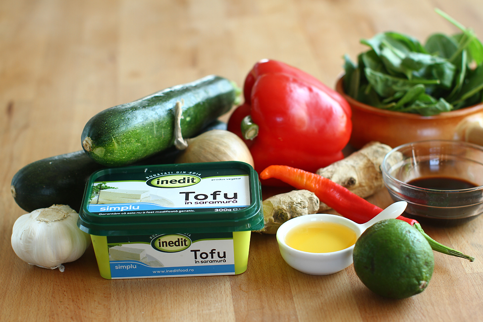ingrediente tofu la tigaie cu legume de vara