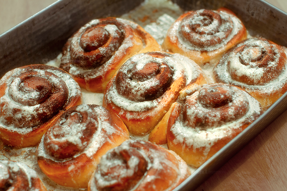 cinnamon rolls rulourile cu scortisoara stropite cu glazura