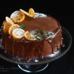 Tort cu ciocolată, portocale, nuci, vin roșu și scorțișoară